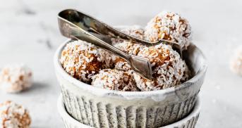 Die besten Energy Balls mit Datteln und Kokos