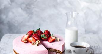 Erdbeer-Buttermilch-Torte mit Haselnuss-Biskuit