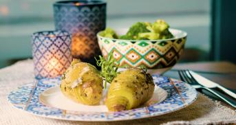 Fächerkartoffeln mit Gorgonzola und Brokkoli-Salat