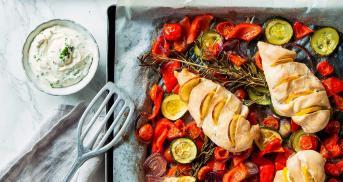 Hähnchenbrust auf buntem Gemüse aus dem Ofen