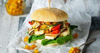 Halloumi-Burger mit Grillgemüse und Mango-Chutney