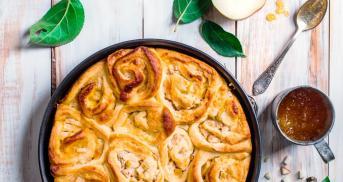 Hefeschneckenkuchen mit Marzipan und Birnen