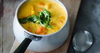 Karotten-Mango-Suppe mit frittiertem Rucola