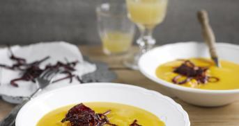 Kürbissuppe mit frittierten Rote-Bete-Streifen