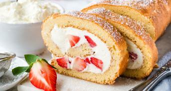 Low Carb Biskuitrolle mit Erdbeeren