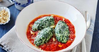 Italienische Malfatti mit Tomatensugo