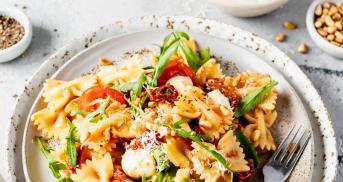 Nudelsalat mit getrockneten Tomaten und Mozzarella