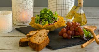 Parmesankörbchen mit Feldsalat