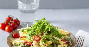 Pasta mit grünem Spargel und Tomaten