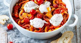 Italienische Peperonata mit pochiertem Ei