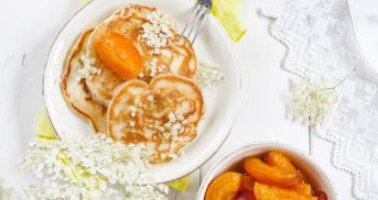 Pfannkuchen mit Aprikosenkompott à la Hugo