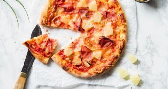 Pizza Hawaii mit knusprigstem Boden