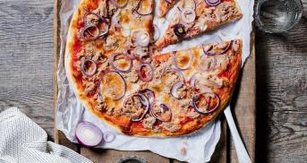 Original Pizza Tonno auf luftigem Hefeteig