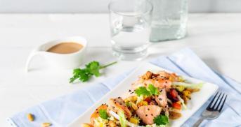 Pulled Lachs-Salat mit Erdnussdressing