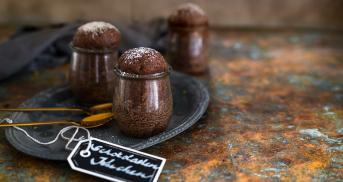 Kleine Rotweinkuchen im Glas