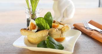 Blätterteignester mit hartgekochtem Ei