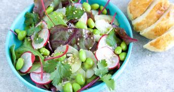 Edamame-Radieschen-Salat mit frischen Brioche