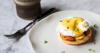 Eggs Benedict mit selbstgemachter Sauce Hollandaise