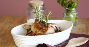 Hähnchenkeulen mit mediterranem Ofengemüse