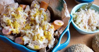 Selbst gemachte Hot Dogs mit Sauerkraut und Senfsoße