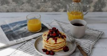 Pancakes mit würzigem Zwetschgenkompott