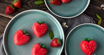 Mirror Gläze Törtchen mit Erdbeerfüllung