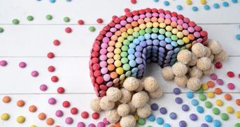 Regenbogen-Smarties-Kuchen mit süßen Wölkchen