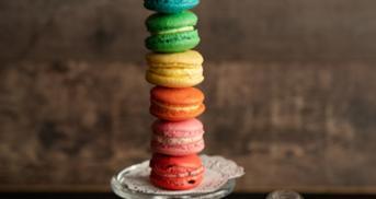 Sieben Macaron Füllungen im Regenbogen-Style