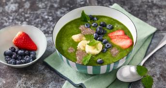 Grüne Smoothie Bowl mit Bananen und Chia-Pudding