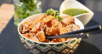 Sesam-Süßkartoffelwürfel mit grüner Mojo