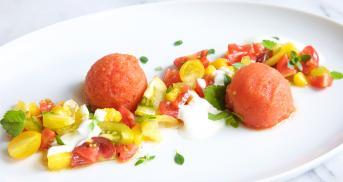 Erfrischendes Tomatensorbet mit Tomaten-Mango-Salat