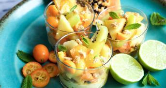 Tropischer Fruchtsalat mit Mangocreme