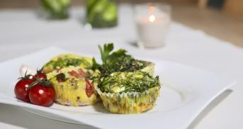 Bunte Omelette-Muffins aus dem Ofen
