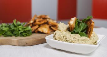 Schnelle Pita-Brotchips mit Hummus