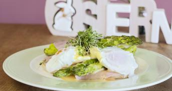 Eggs Benedict mit grünem Spargel und Sauce Hollandaise