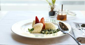 Weiße Mousse au Chocolat mit marinierten Erdbeeren und süßem Minz-Pesto