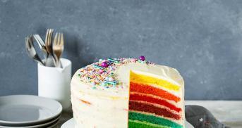 Regenbogenkuchen mit Cheesecake-Frosting