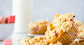 Rhabarber-Muffins mit Streuseln und Joghurt