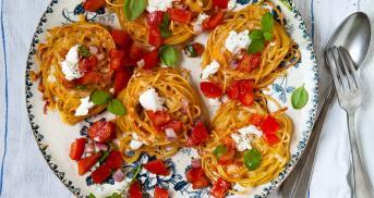 Spaghetti Nester mit Tomate und Mozzarella