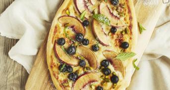 Süße Pizza mit Mascarpone und Obst