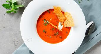 Tomaten-Paprika-Suppe mit Parmesanchips