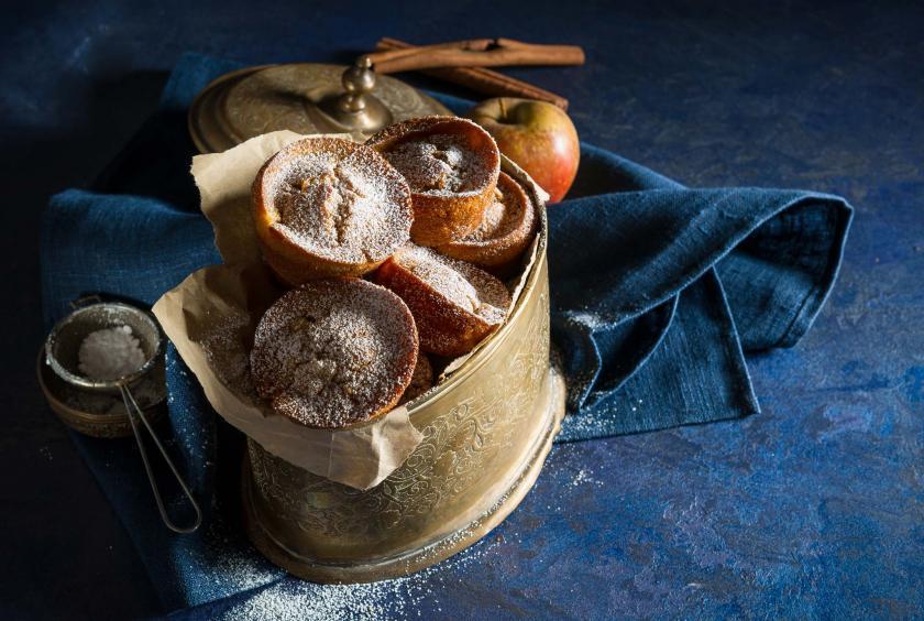 Apfel-Zimt-Muffins in einer Dose übereinander liegend.