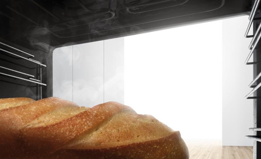Brot im Dampfbackofen mit offener Backofentür.