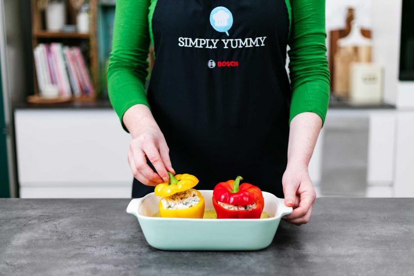 Gefüllte Paprika vegetarisch gefüllt in einer Auflaufform.
