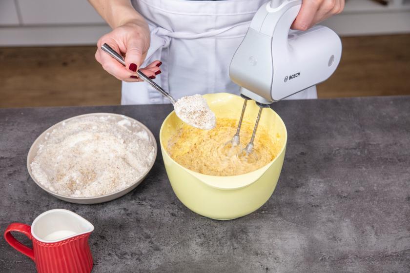 Zutaten für den Nusskuchen werden zusammengerührt.