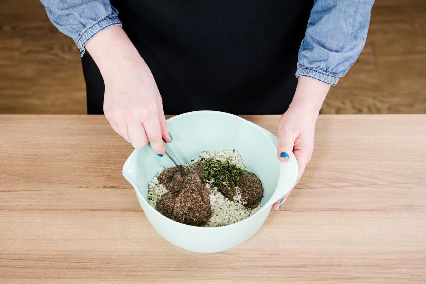 Die Zutaten für den Boden der Blumenkohlpizza werden ein einer Schüssel vermengt.