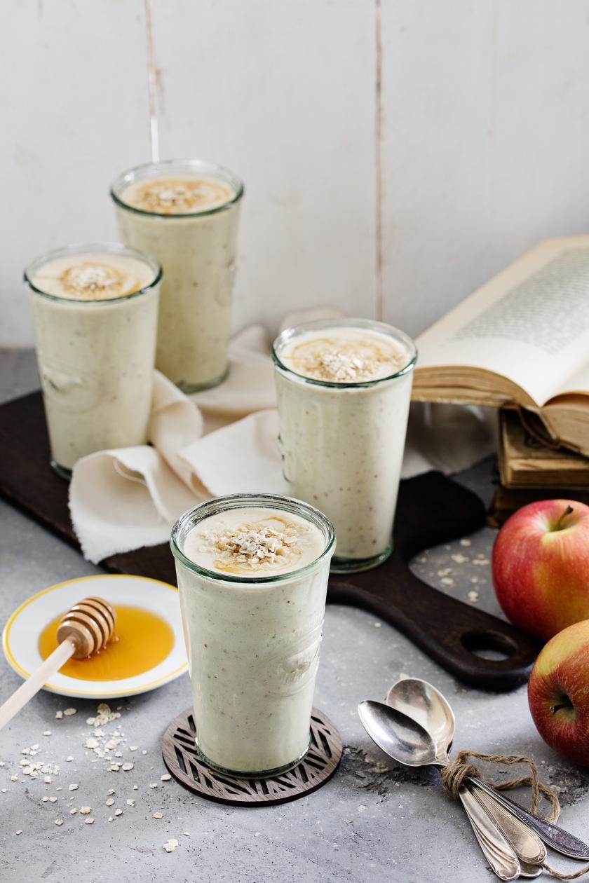 Apfel-Haferflocken-Frühstücksdrink in mehreren Gläsern.