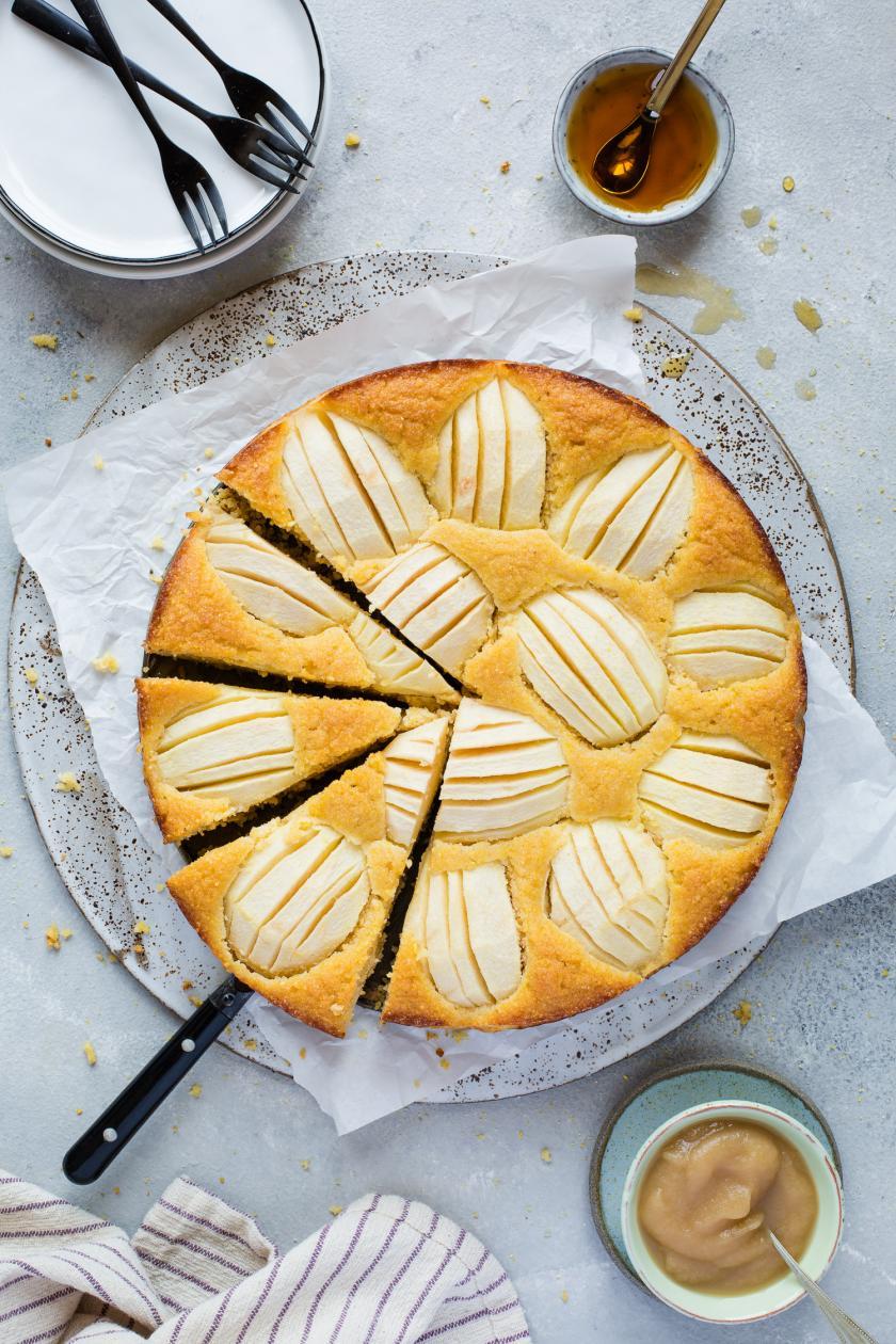 Angeschnittener Apfelmuskuchen ohne Zucker mit Apfeldeko.