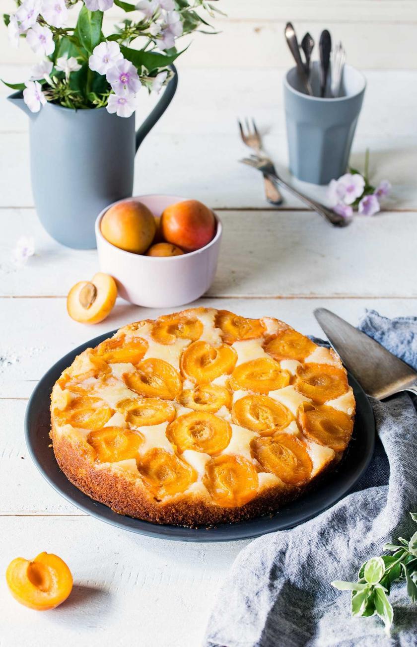 Aprikosen-Upside-Down-Cake auf einer Kuchenplatte.