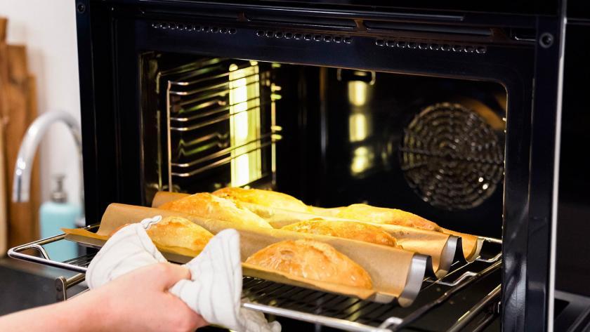 Fertige Baguette Brötchen werden aus dem Ofen genommen.